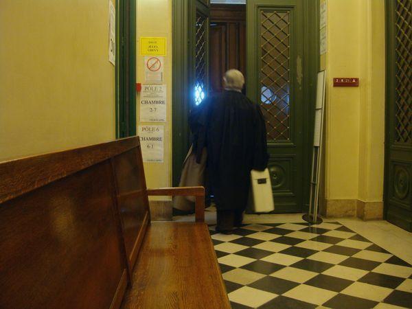Maître Gérard Ducrey, avocat de la défense, entrant dans la salle d'audience de la Cour d'Appel de Paris le 12 février 2014 - Photo : VD.