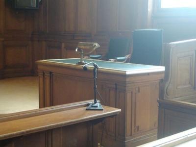 A droite dans la salle d'audience de la chambre de la presse, le siège du Procureur de la République - Photo : VD.