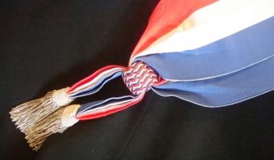 Une écharpe tricolore avec glands à frange d'argent d'un conseiller de Paris adjoint à un maire d'arrondissement - Photo : VD.