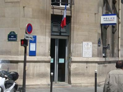 Entrée sur la place Saint Sulpice du commissariat central du 6e - Crédit : VD.