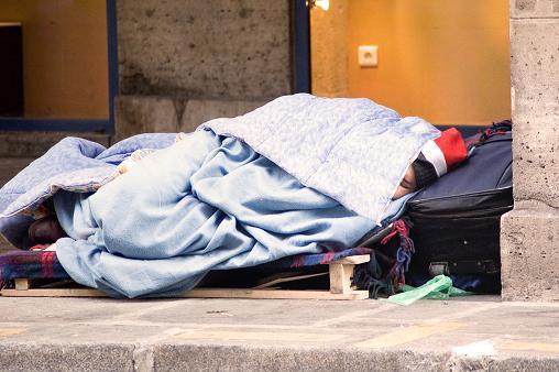 SDF dans le froid dans la rue © Jean-Michel LECLERCQ - Fotolia.com