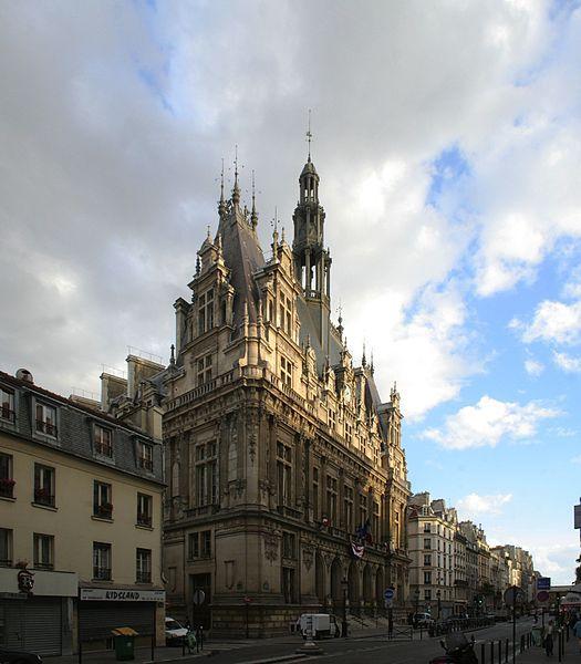 Mairie du 10e arrondissement de Paris vue de la rue du Faubourg-Saint-Martin Assemblage de deux photos avec Hugin, réglage des couleurs avec Gimp © Coyau sous licence creative commons