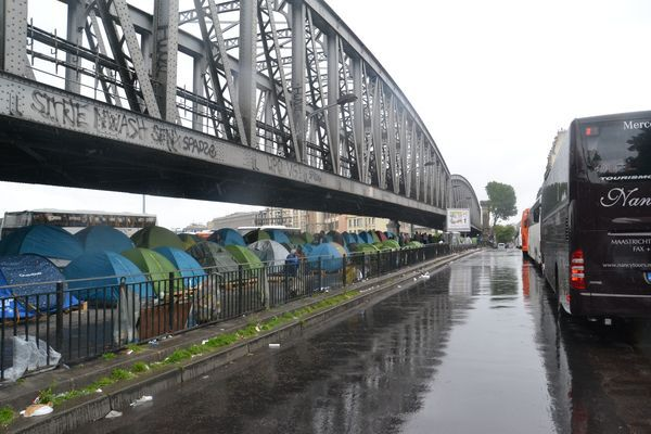 Camp illégal de migrants clandestins et demandeurs d'asile boulevard de la Chapelle à Paris © PT.