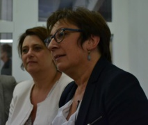 La secrétaire d'Etat et l'adjointe à la Maire à l'écoute des créateurs de SenseCube © AC