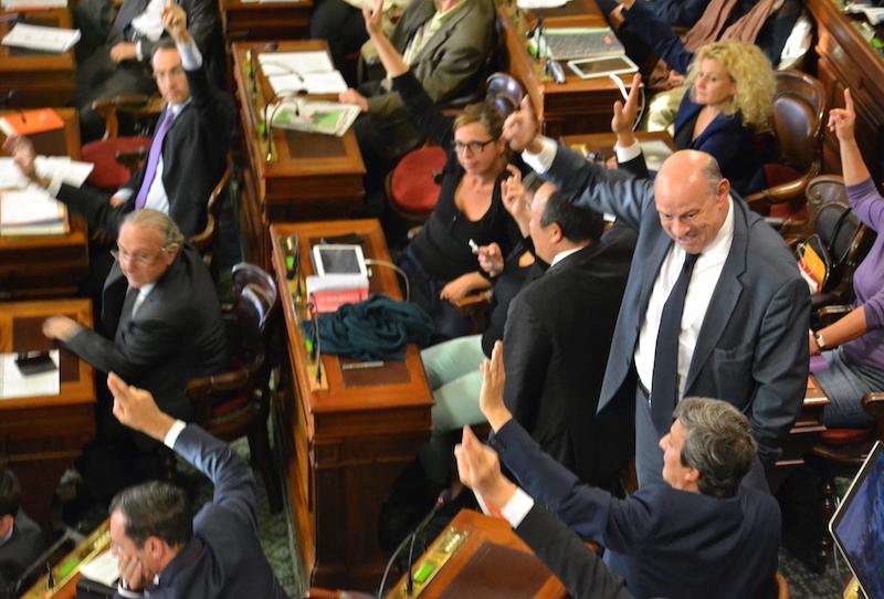 Jean-Marie Le Guen, conseiller de Paris et Secrétaire d'Etat, vote debout au conseil de Paris pour le voeu de l'exécutif sur le statut de Paris © VD - PT.
