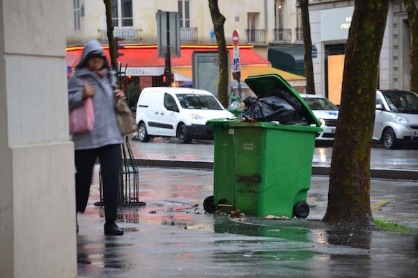 Les poubelles commencent à s'entasser dans les rues du 6e arrondissement © VD PT.