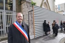Philippe Goujon devant l'église sans culte, ancienne église Sainte Rita aujourd'hui murée © VD, PT.