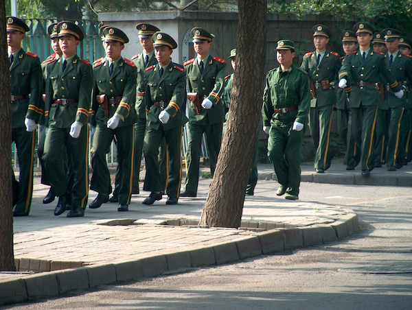 Image de rue à Pékin, presque comme à Paris : soldats chinois dans les rues de Pékin © RD Paris Tribune.