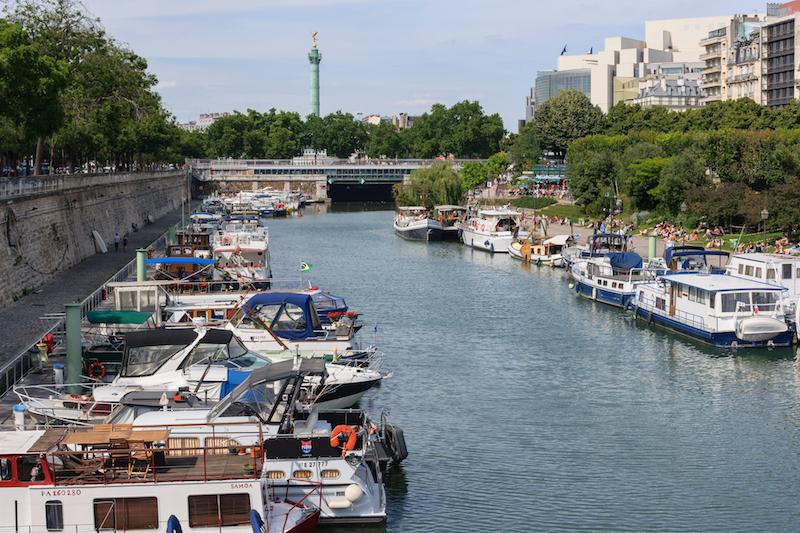 Le Bassin de l'Arsenal à Paris en bordure de la Place de la Bastille © Myrabella sous licence Wikimedia Commons.