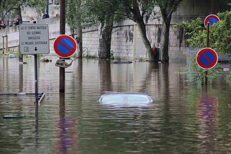 Voiture submergée sur les berges ou sur la Seine le 4 juin 2016 à Paris © Djielle CC BY-SA