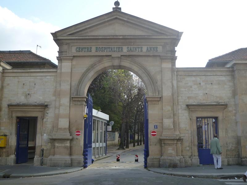 L'Hôpital Sainte Anne, entrée par la rue Cabanis dans le 14e arrondissement de Paris © Jmgobet CC-BY SA 3.0.