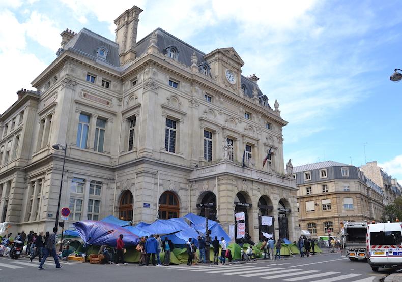 Tentes de migrants installées devant la mairie du 18e arrondissement le 15 septembre 2015 © VD / PT