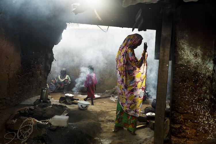 Afrique centrale, 2014, femmes et enfants dans l'enclave musulmane de Boda, où plus de 11 000 personnes déplacées, principalement de l'ethnie Peules, ont trouvé refuge. Lorsqu'elles quittent l'enclave, elles sont attaquées par une milice chrétienne, anti-balaka, qui n'hésite pas à assassiner des femmes et des enfants avec leurs machettes.