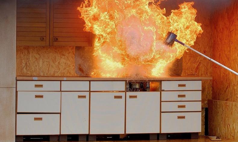 Feu d'appartement dans une cuisine - exercice de pompiers © Archives Paris Tribune.