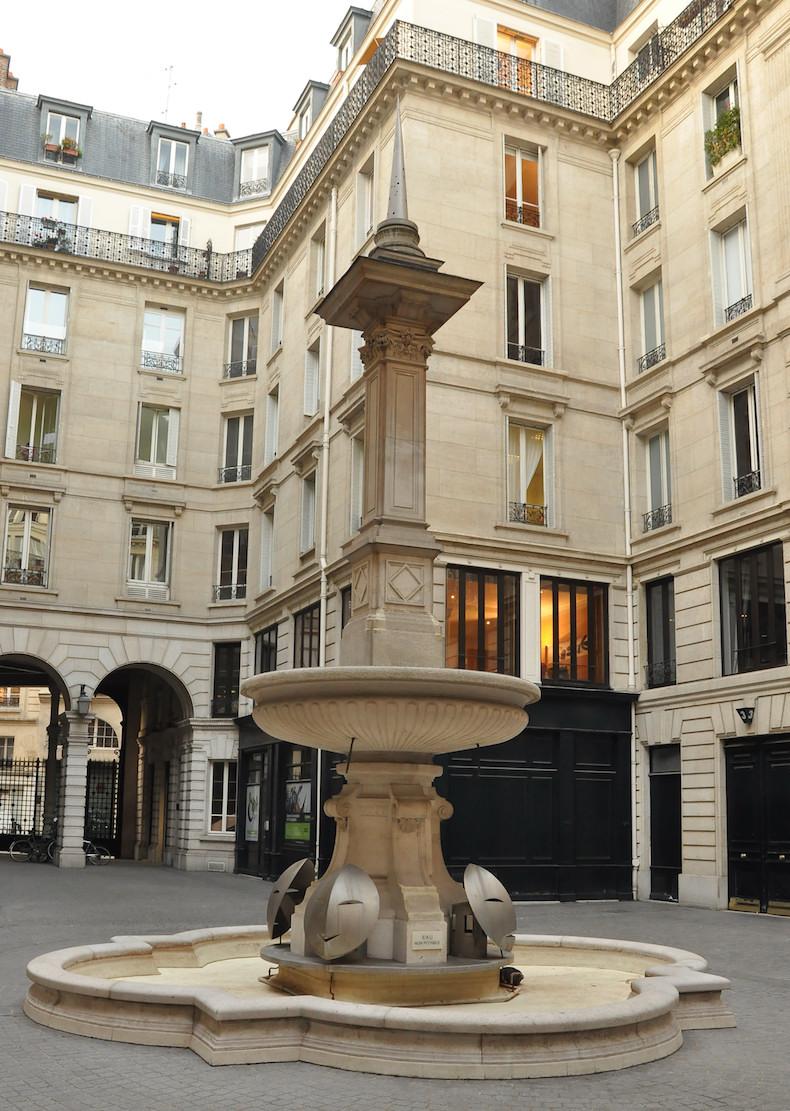 Fontaine de la cour du 15 rue du Louvre dans le 1er arrondissement de Paris © Moonik CC-BY SA 3.0