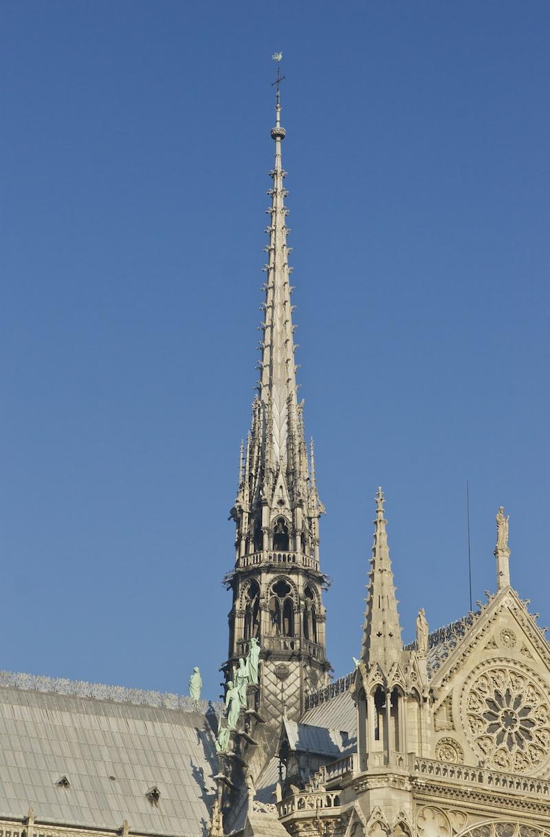 Le coq au sommet de la flèche de Notre-Dame de Paris a disparu dans les flammes avec les reliques des saints patrons de Paris qu'il contenait © jebulon licence CC.0