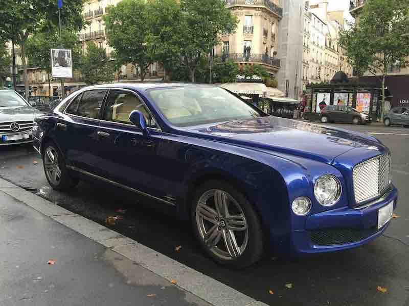 Magnifique voiture Bentley à Saint-Germain des Prés dans le 6e arrondissement de Paris.