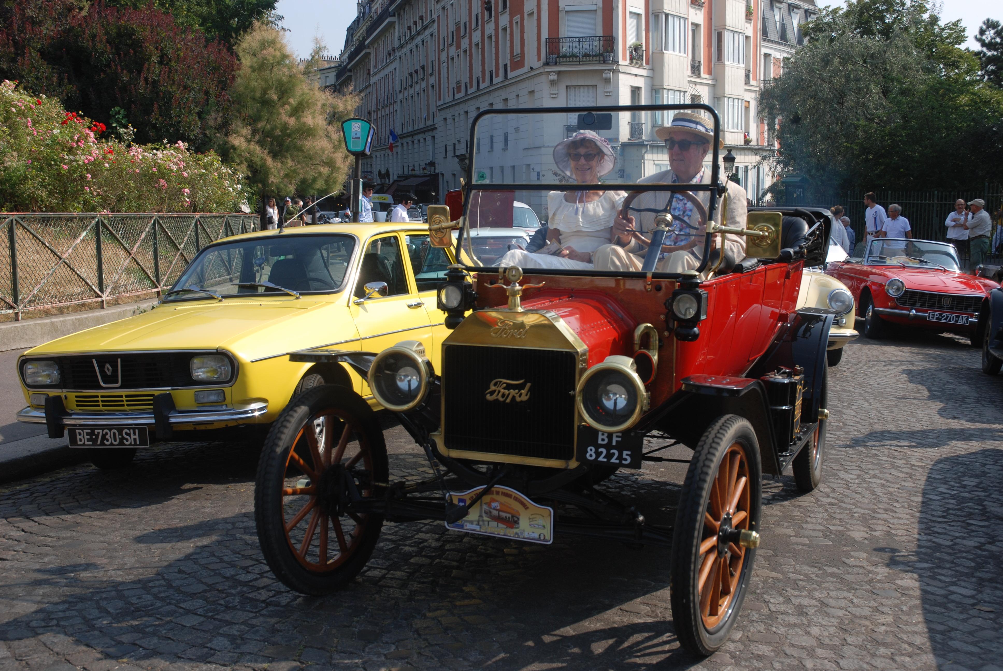 Les voitures anciennes défilent - www.vincennesenanciennes.com