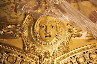 Détail de la restauration de la dorure du Théâtre du Châtelet © Thomas Amouroux, Théâtre du Châtelet.