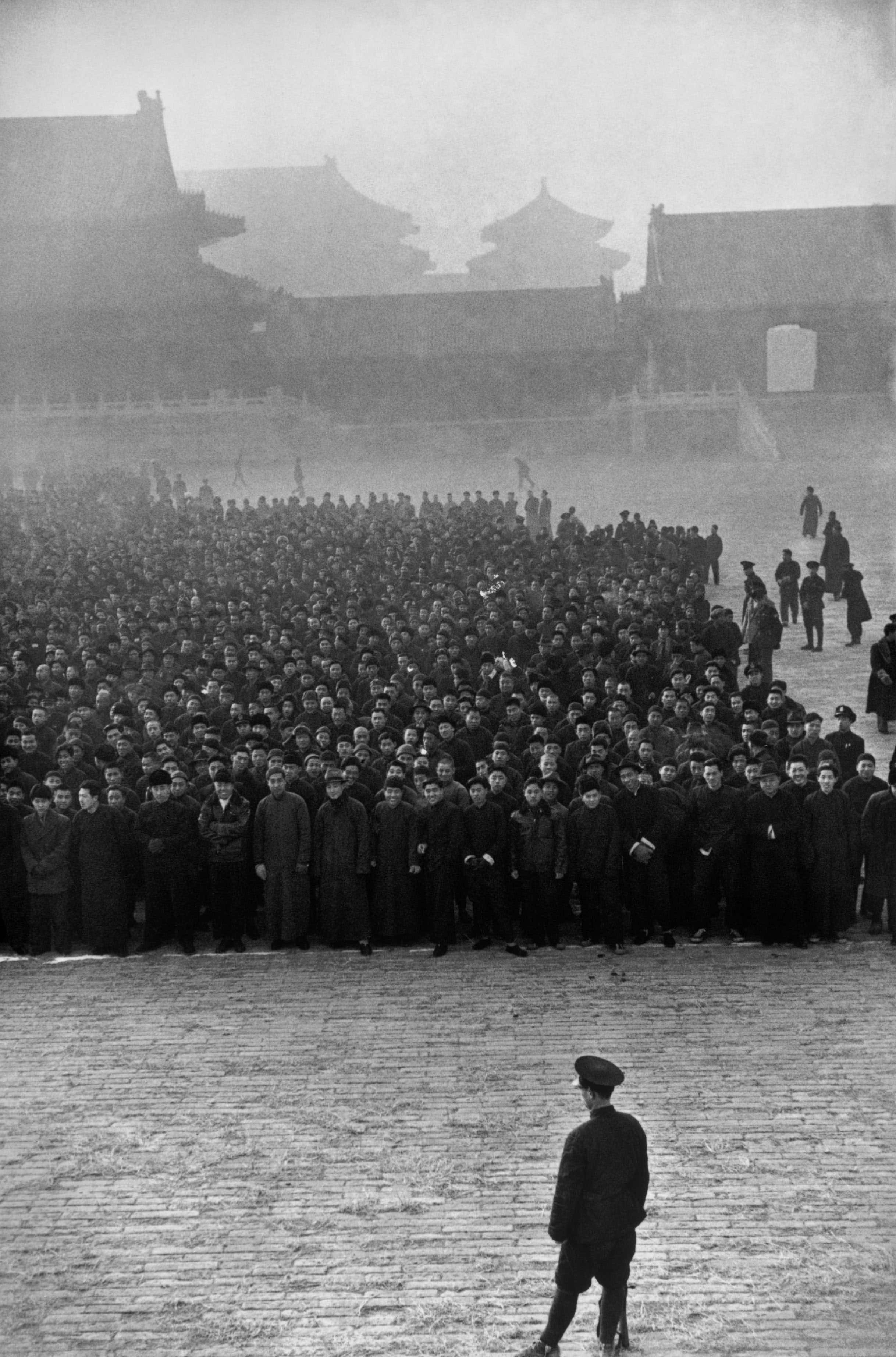 Early in the morning in the Forbidden City, 10,000 new recruits to form a Nationalist regiment, Bijing, Dec. 1948 © Foundation HCB/Magnum Photos