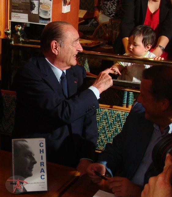 Jacques Chirac avec un enfant qui ne le connaissait pas © VD/PT