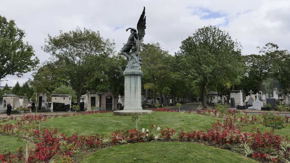 La tombe de Jacques Chirac se trouve dans l'avenue Principale, au rond-point central du cimetière du Montparnasse, devant la statue « Le Génie du sommeil éternel » © VD/PT