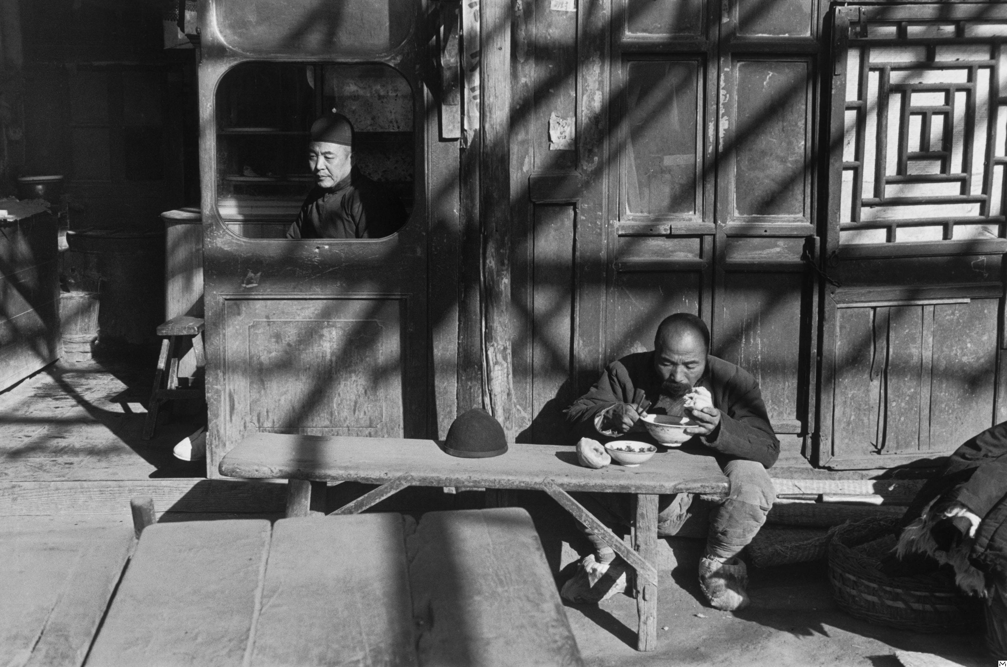 À l'entrée d'une taverne, Beijing, décembre 1948 © Fondation HCB / Magnum Photos