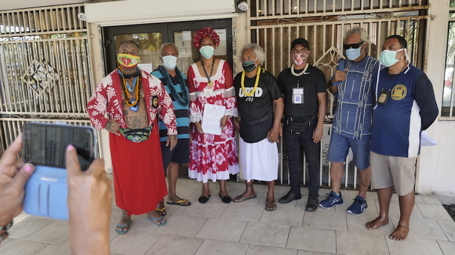 Les représentants du Roi Ali'i Nui Aleka Aipoalani avec Bernard T. qui revendique les terres © VD/MT