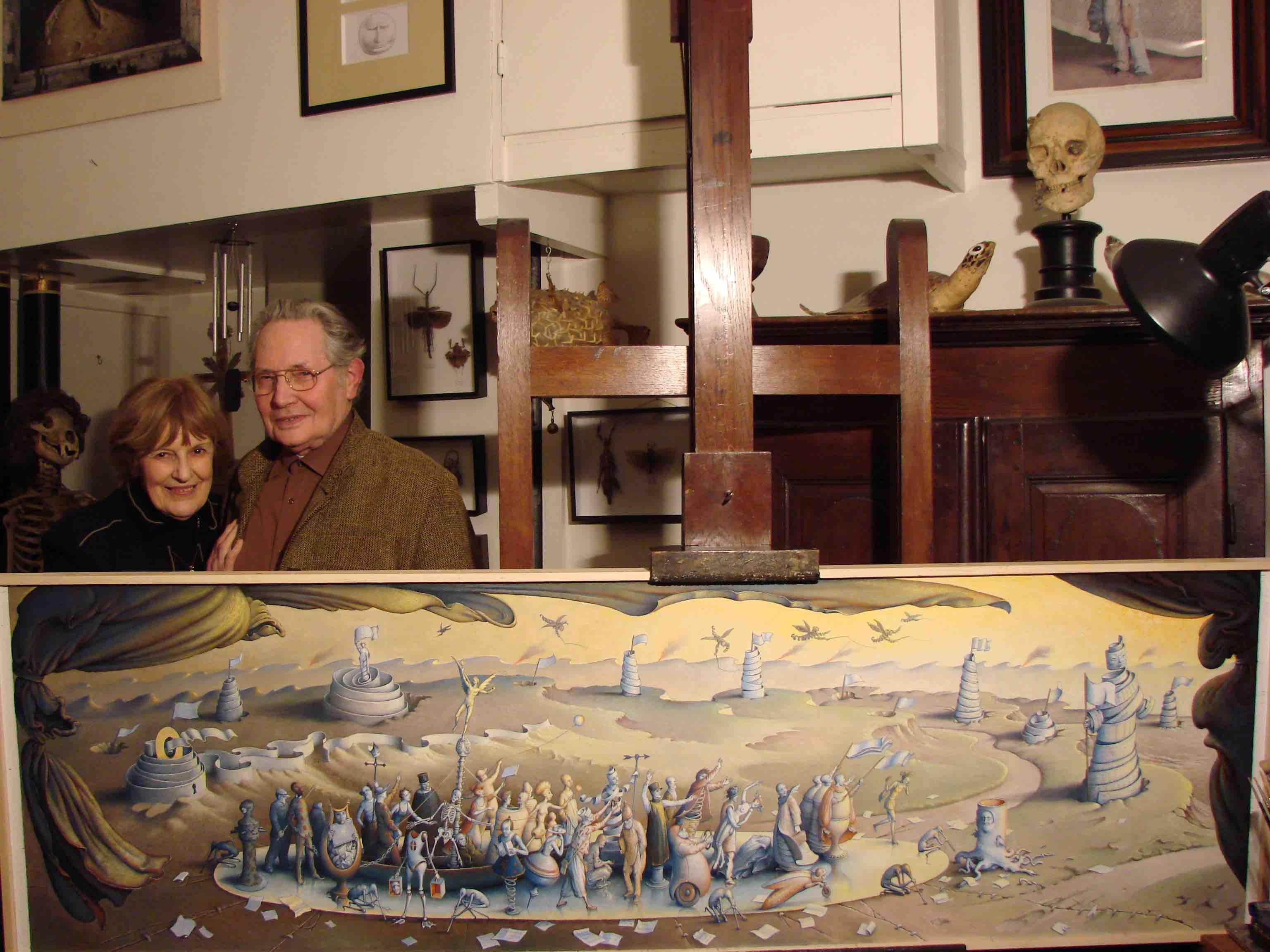"""Claude Verlinde et son épouse dans l'atelier d'artiste devant la toile """"La Folie mène le monde"""" © DR 2011"""