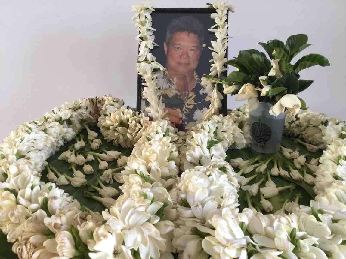 Autel à la mémoire d'Abner Guilloux à Paris - Détail : le vase accueillant les Tiare Taina arrivées par avion de Tahiti était un verre aux couleurs de l'AEPF Paris © VD/MT.