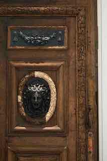 Door of City Hall while being restored © Antoine Mercusot