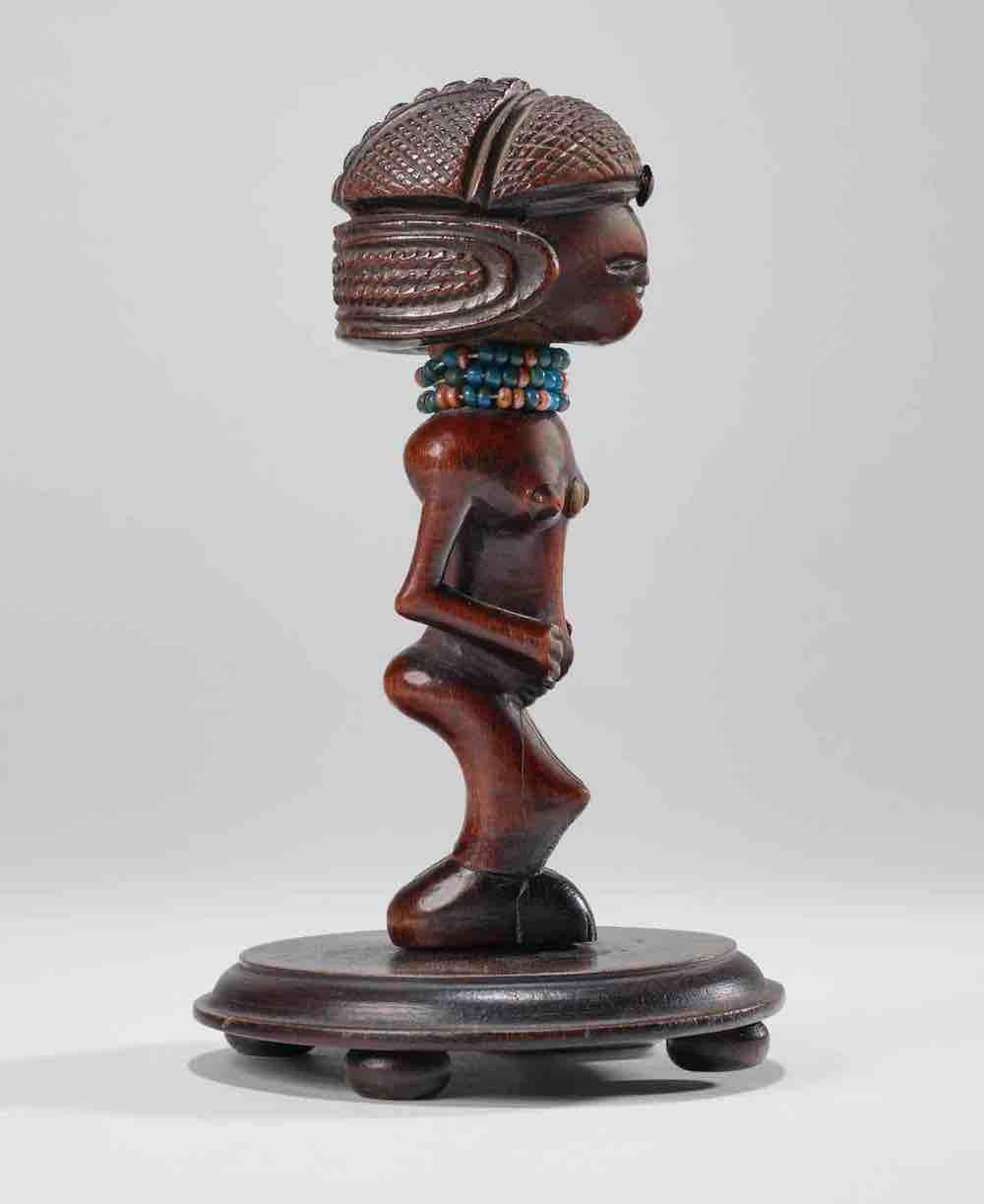 Feminine figure, Lwena Tschokwé, Angola, 19th century, wood, copper alloy, glass pearls, 15cm high, donated by Marc Ladreit de Lacharrière © musée du Quay Branly - Jacques Chirac, photo Pauline Guyon.