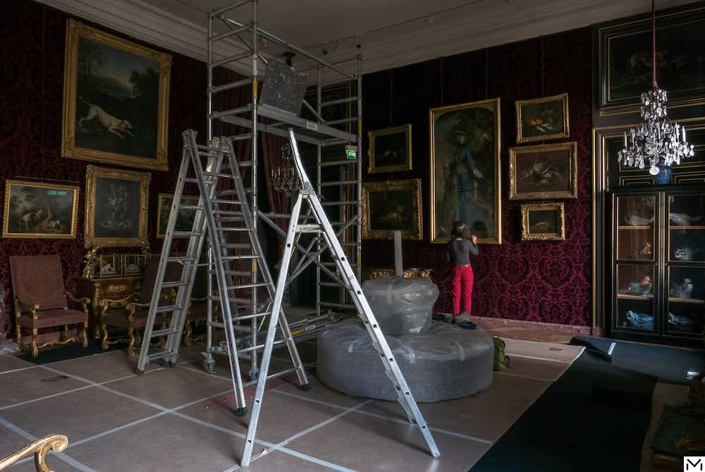 Rehanging paintings, Hôtel de Mongelas © Béatrice Hatala, Musée de la Chasse et de la Nature