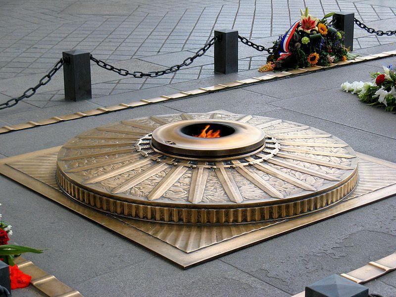 La flamme fut allumée la première fois le 11 novembre 1923 à 18h par André Maginot, ministre de la Guerre. Le ravivage de la flamme a depuis lieu chaque soir à 18h30 avec un céméronial précis - Photo : Anna Fox.