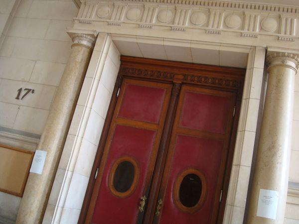 Entrée de la salle d'audience de la chambre de la presse - Photo : VD.