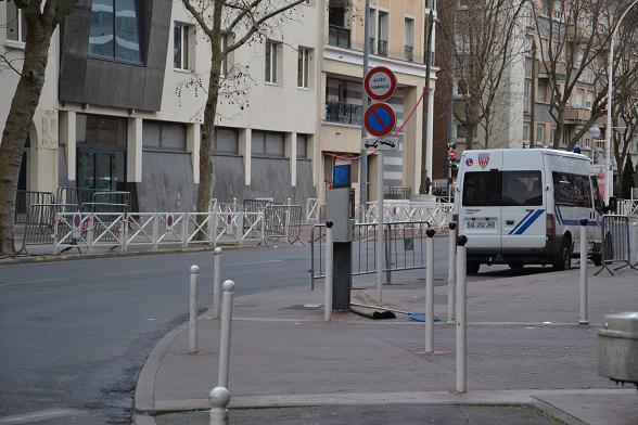 Un CRS en faction devant l'entrée de l'école juive Yaguel Yaacov de Montrouge - sauf ici sur cette photo prise le dimanche 11 janvier 2015 vers 15h © Paris Tribune.
