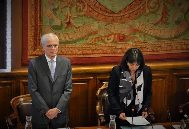Le Préfet de Paris et la Maire de Paris pendant la minte de silence au conseil de Paris - Paris Tribune.