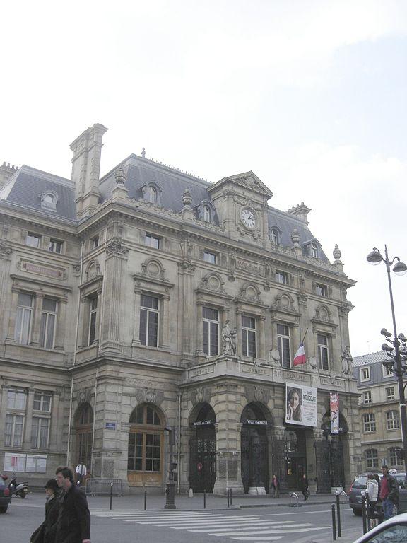 Mairie du 18ème arrondissement retouchée par Theofilo à partir d'un travail de © Gérard Janot sous licence creative commons.