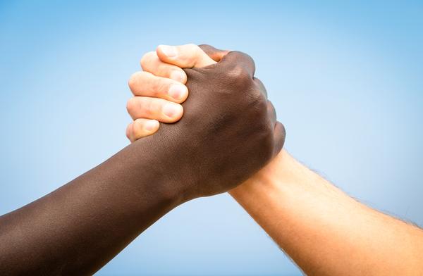 Main dans la main © ViewApart - Fotolia.com