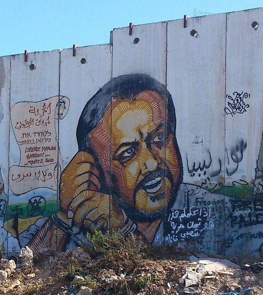 Portrait de Marouane Barghouti peint sur le mur de séparation Israélien à Kalandia le point de passage entre Jérusalem et Ramallah © Ben Siesta sous licence commons creatives