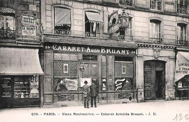 Exceptionnelle partie de la devanture du célèbre cabaret Aristide Bruant Le Mirliton exécutée en 1885 et composée de sept vitraux polychromes par Alfred Gréviin (1927-1992) © Ader SVV