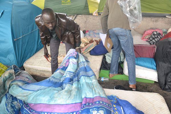 Les migrants clandestins, migrants demandeurs d'asile et réfugiés lèvent le camp boulevard de la Chapelle © VD.