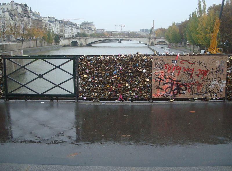 Pose de parois en verre expérimentale sur le Pont de l'Archevêché © VD