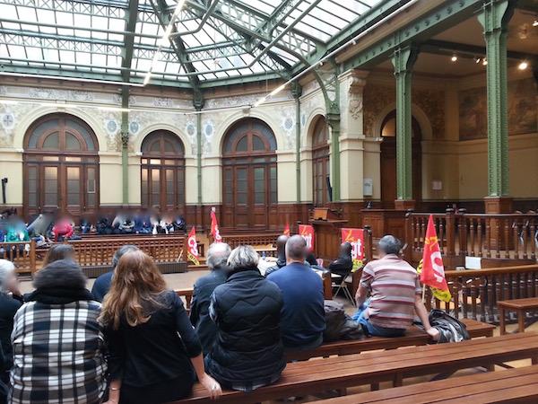 Assemblée générale pour reconduire la grève à la Bourse du Travail le 5 octobre 2015 © PT.