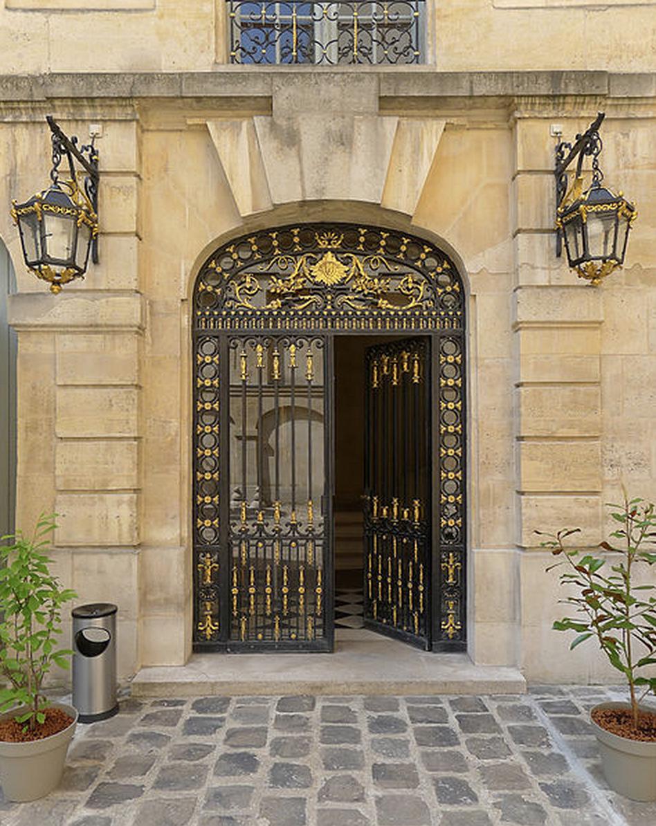 Hôtel de Lauzun, 17 quai d'Anjou - Paris IV  Façade intérieure de l'ouest, porte © Mbzt sous licence Creative Commons.