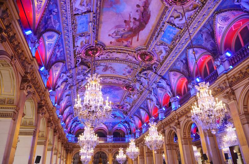 Le plafond illuminé de la salle des fêtes de l'Hôtel de Ville de Paris pour les voeux 2016 de l'exécutif parisien © VD Paris Tribune.