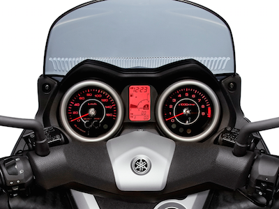 Scooter Yamaha X-Max - L'affichage numérique et analogique du bloc compteur avec un rétro éclairage rouge © Yamaha