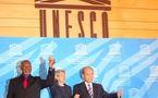Irina Bokova entourée à sa droite par M. Hepburn le Président de la Conférence générale et à sa gauche par M. Matsuura le futur ex-Directeur général