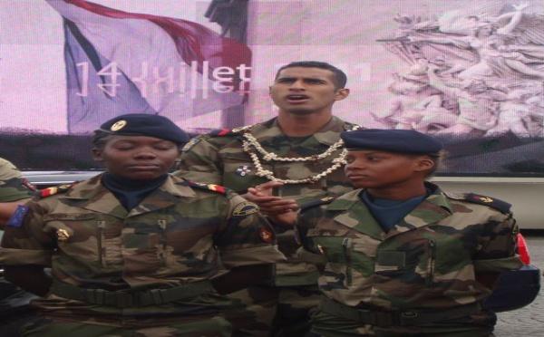 Les jeunes du Service Militaire Adapté défilent sur les Champs-Elysées