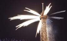 La Tour Eiffel sous le feu des artificiers pour accueillir le monde